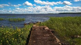 natura nordica Vecchio pilastro sul mare e sul vento immagini stock libere da diritti