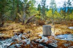 Natura Norvegia della tazza di titanio di viaggio bella fotografia stock libera da diritti