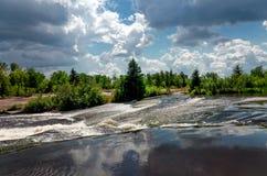 Natura selvaggia del Canada, fiume, foresta, cielo blu Immagine Stock Libera da Diritti