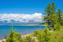 Natura selvaggia della Mongolia Una bella vista del lago Hovsgol e il Sayan orientale Ridge Fotografia Stock Libera da Diritti