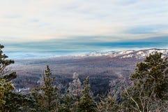 Natura selvaggia delle montagne di Snowy della Russia Fotografia Stock