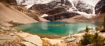 Natura selvaggia in osea roccioso del Montagna-Panorama-lago Fotografia Stock Libera da Diritti
