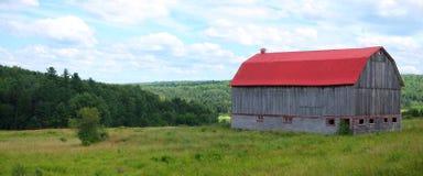 Natura verde all'aperto di estate del campo di agricoltura rossa del granaio del paesaggio del paese Fotografie Stock Libere da Diritti