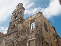 Natura zdaje ponownie zaniechanego ruinded buduje kościół obraz stock