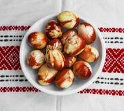Natural de los huevos de Pascua adornado con la primavera se va, los wi pintados rojo Imagen de archivo libre de regalías