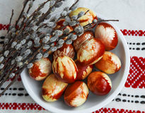 Natural de los huevos de Pascua adornado con la primavera se va, los wi pintados rojo Imagenes de archivo
