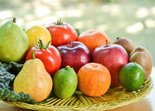 Natural-olhando frutos e couve na cesta tecida Imagens de Stock Royalty Free