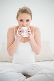 Natural pretty blonde drinking from a mug Royalty Free Stock Photos