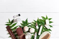 Natural spa και τα aromatherapy προϊόντα ομορφιάς skincare με τα εξαρτήματα λουτρών συμπεριλαμβανομένου τρίβουν, πετρέλαια Στοκ Φωτογραφία