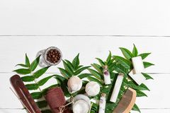 Natural spa και τα aromatherapy προϊόντα ομορφιάς skincare με τα εξαρτήματα λουτρών συμπεριλαμβανομένου τρίβουν, πετρέλαια Στοκ Εικόνες