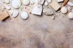 Natural spa, ομορφιά και aromatherapy υπόβαθρο στην άποψη επιτραπέζιων κορυφών πετρών Επίπεδος βάλτε Στοκ Εικόνα