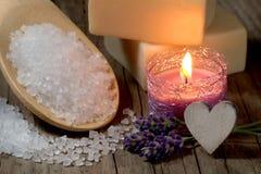 Natural spa die met badzout en kaars plaatsen Stock Foto
