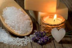 Natural spa die met lavendel en kaars plaatsen Stock Foto's