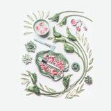Natural spa en de vlakte van de huidzorg leggen met waterkom, bloemen, groene bladeren, handdoek en toebehoren voor gezichtsmaske royalty-vrije stock fotografie