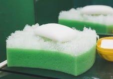 Natural vire de bordo la esponja con el jabón del tomillo imagen de archivo