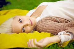 Natural young woman relaxing in park Royalty Free Stock Photos