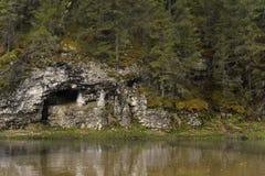 Naturale frani una sponda del fiume Immagine Stock