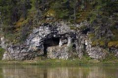 Naturale frani una sponda del fiume Fotografie Stock