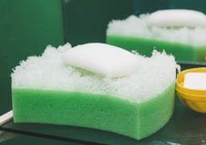 Naturale orzi la spugna con il sapone del timo immagine stock