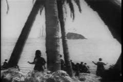 Naturales impacientes de la vista posterior en la isla tropical que corre hacia el océano almacen de video