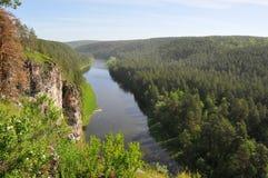 Naturaleza, acantilados, río con la playa hermosa Imagenes de archivo
