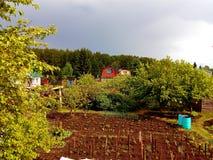 Naturaleza alrededor de una cabaña del país antes de una tempestad de truenos imagenes de archivo