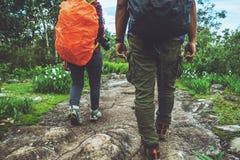 Naturaleza asiática de la mujer del amante y del viaje de los hombres El viaje se relaja Camine el estudio la naturaleza de la tr foto de archivo libre de regalías
