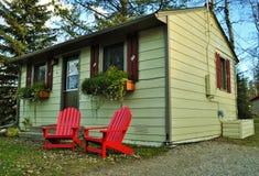 Naturaleza canadiense - pequeña casa de planta baja de madera Foto de archivo libre de regalías