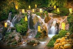Naturaleza con una cascada que mira el rilex, cómodo y refres Fotos de archivo