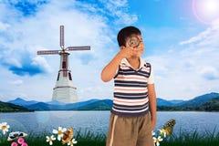 naturaleza de exploración del muchacho con la lupa fotografía de archivo libre de regalías