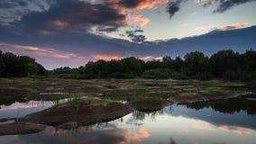 Naturaleza de ImeLapse Puesta del sol hermosa sobre el río almacen de video