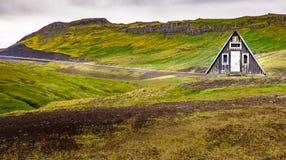 Naturaleza de Islandia - ajardine en Snæfellsnes con la cabaña islandesa tradicional imagen de archivo