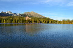 Naturaleza de la cabaña de la montaña del lago Imagenes de archivo