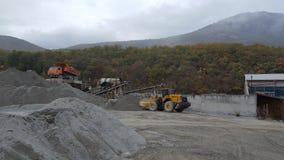 naturaleza de la mina del equipo del silbido de la roca machacada imagen de archivo