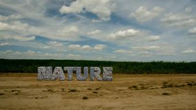 Naturaleza de piedra de la inscripción Proteja el ambiente 47 almacen de video
