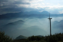 naturaleza de un tiempo de niebla en Grecia y central de energía eólica Imagenes de archivo