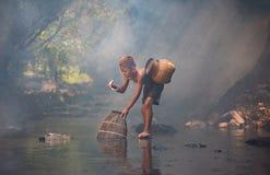 Naturaleza del agua del juego del muchacho Imagenes de archivo