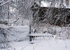 Naturaleza del invierno, casa vieja en bosque Foto de archivo