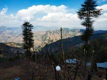 Naturaleza del paisaje con el árbol de la montaña y el cielo nublado imagen de archivo