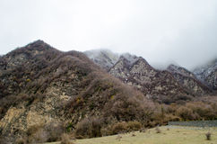 Naturaleza del paisaje de la nieve de la montaña con los árboles y niebla en Ilisu, Gakh Azerbaijan, el Cáucaso grande Fotos de archivo
