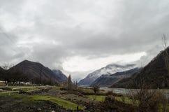 Naturaleza del paisaje de la nieve de la montaña con los árboles y niebla en Ilisu, Gakh Azerbaijan, el Cáucaso grande Imagen de archivo