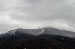 Naturaleza del paisaje de la nieve de la montaña con los árboles y niebla en Ilisu, Gakh Azerbaijan, el Cáucaso grande Fotografía de archivo libre de regalías