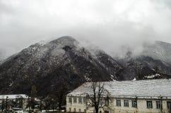 Naturaleza del paisaje de la nieve de la montaña con los árboles y niebla en Ilisu, Gakh Azerbaijan, el Cáucaso grande Imagenes de archivo