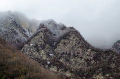 Naturaleza del paisaje de la nieve de la montaña con los árboles y niebla en Ilisu, Gakh Azerbaijan, el Cáucaso grande Fotografía de archivo