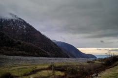 Naturaleza del paisaje de la nieve de la montaña con los árboles y niebla en Ilisu, Gakh Azerbaijan, el Cáucaso grande Foto de archivo libre de regalías