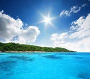 Naturaleza del paisaje de Tailandia del cielo azul de la playa del sol del arena de mar  Imagen de archivo