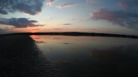 Naturaleza del sol del lago sunset que iguala el río rojo del cielo metrajes