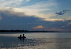 Naturaleza del verano, pescadores en el río Volga Imagen de archivo