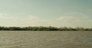 Naturaleza escénica del lago hermoso en salvaje, ambiente del agua dulce del bosque en Rusia Paisaje del viaje y de la aventura d metrajes