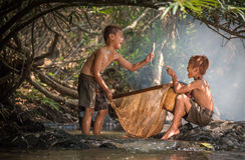 Naturaleza feliz del agua de los muchachos Imágenes de archivo libres de regalías